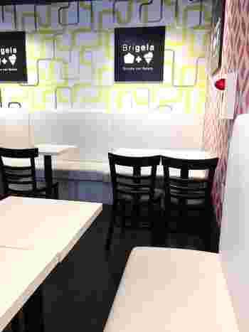 店内にはイートインスペースも。モノトーンのテーブルや椅子に北欧テイストの壁紙が乙女心をくすぐりますね。おさんぽ途中でちょっとひと休みしたい時にいかがですか?