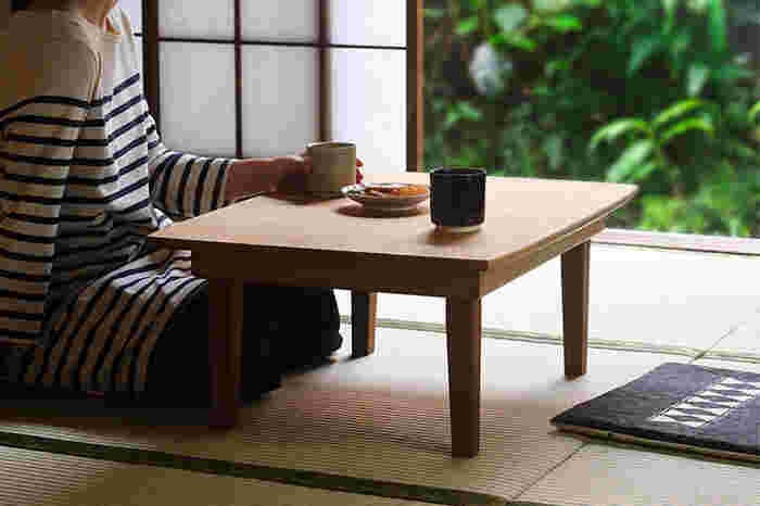 美しい暮らしの日用品を扱っている、キナリノでもお馴染みの「東屋」。ナチュラルな風合いのちゃぶ台も手掛けているんですよ。天板や脚、木ダボにまで国産の楢を使い、胡桃油で仕上げていて、丁寧な仕事ぶりが感じられます。畳のお部屋はもちろんのこと、フローリングやカーペットの洋室にも似合いそうですね。  脚が畳めるので、使わないときは家具の隙間にすっと収納可能です。