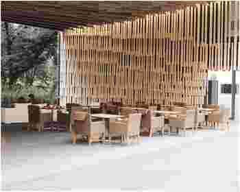 木の香り高いお店は、新国立競技場でもおなじみの建築家・隈研吾氏の設計。天気の良い日には、杉の木の間から差し込むやわらかい光が心地よいテラス席もおすすめです。