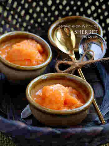 完熟の柿が手に入ったら是非とも作ってみていただきたいスイーツレシピがこちらのシャーベット。蜂蜜と生クリームを入れ撹拌して冷凍庫に入れるだけ。ねっとり食感が癖になる美味しさですよ。