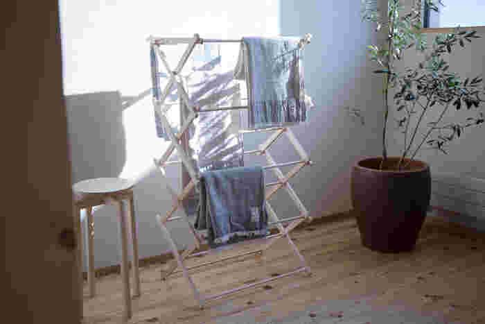 部屋干しのメリットは何と言っても、「天気を気にせずに干せる」こと。急に雨が降ってきて洗濯物が濡れたり、強風で吹き飛ばされたりという心配がありません。