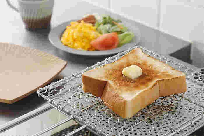 焼き網でパン?と驚く方も多いのでは?この焼き網を使うと、外はカリッと中はモチっと焼くことができます。一度使うとトースターに戻れなくなるかも?