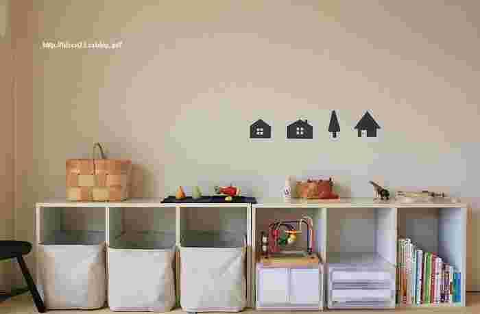カラーボックスを横置きして、中にバスケットなどを置いて、細々としたおもちゃをすっきり収納。 床面にぴったりと設置して、子どもが自分でおもちゃを取り出したり、お片付けできるようにすると◎。