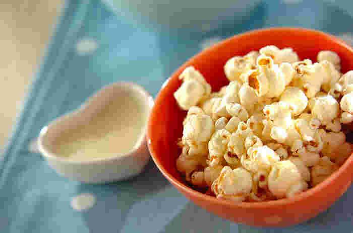 コンソメの素を使って作るコンソメ味のポップコーンは、そのまま食べても特製のチーズソースをからめて食べても美味。ハーブソルトの隠し味が良いアクセントに!