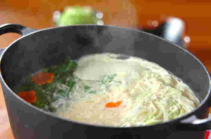 豆乳と豆腐を組み合わせた、ヘルシーな鍋。大豆食品好きにはたまらない一品です♪野菜もたっぷり食べられるので、女性に嬉しいレシピです。