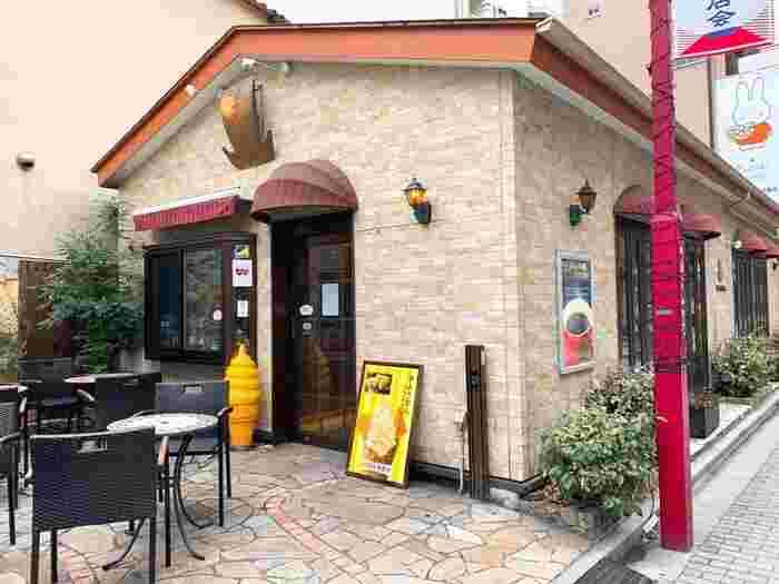 浅草駅のすぐ近くにあるのは、芋ようかんで有名な「舟和」が運営する「ふなわかふぇ」。ケーキ屋さんを思わせるキュートな外観で、サンルーム風のテラス席もありますよ。