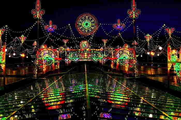 季節によっては、セントレアではイルミネーションが施されます。セントレアイルミネーションでは、色とりどりの電球で装飾された壮麗なイルミネーションと闇夜が織りなす幻想的な景色を楽しむことができます。