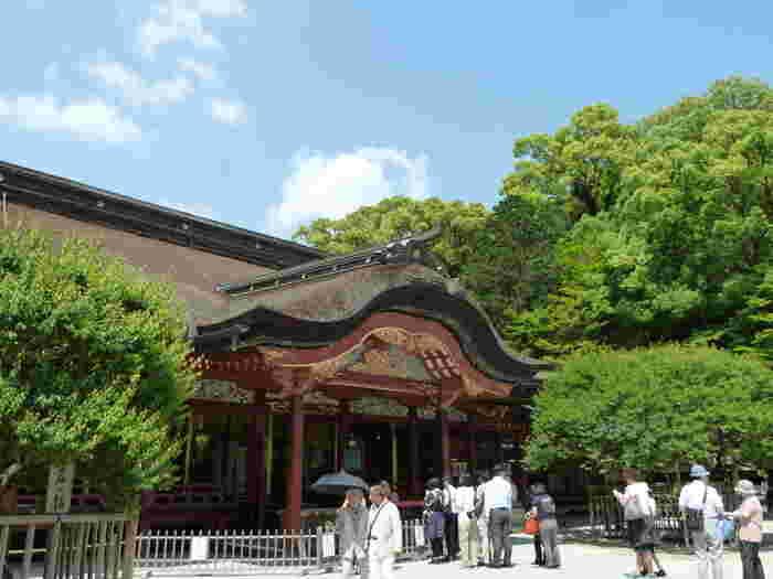 福岡県太宰府市にある「太宰府天満宮」は全国各地から年間700万人もの人が訪れる、福岡を代表する観光スポットです。「学問・至誠・厄除けの神様」として知られています。