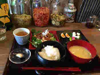 「発酵食堂カモシカ」の人気ランチは、様々な発酵食の料理が楽しめる「発酵8種定食」。スウィーツも、もちろん発酵食で、人気は「おはぎ」なんだとか。 【画像のメインのおかずは、「カモシカ特性麹納豆あんかけのお揚げ」。】  カモシカ食堂のスウィーツのテイクアウトは、次に紹介するお店へ♪
