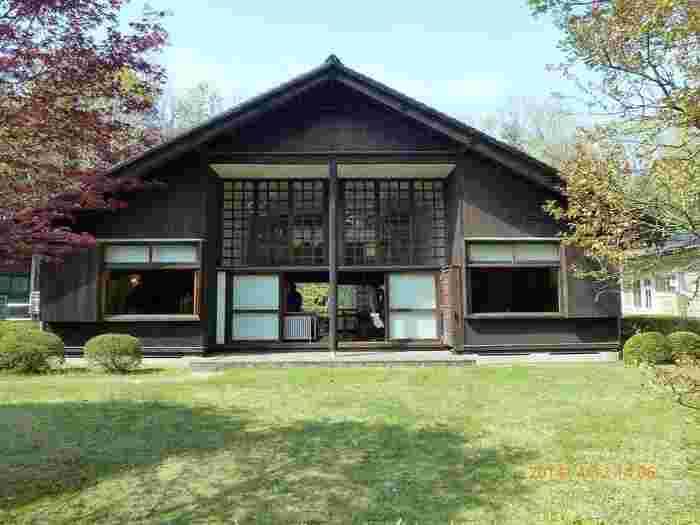 この住宅は、1942年(昭和17年)に東京都品川区上大崎に建てられました。前川國男氏の生前、1973年(昭和48年)に解体され、軽井沢の別荘で解体材の状態で保管されていましたが、その後前川家から「江戸東京たてもの園」に寄贈され、1996年(平成8年)に再建されました。