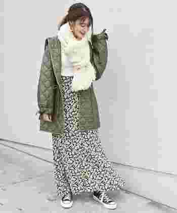 秋冬のカジュアルスタイルには、ざっくりとした編地がおしゃれなハンドニットマフラーもおすすめです。カーキ色のアウターをポイントにした辛口コーデも、優しい色味のマフラーと花柄スカートで大人可愛い印象に。ロングマフラーならシーンやコーディネートに合わせて、様々な巻き方が楽しめますよ◎。