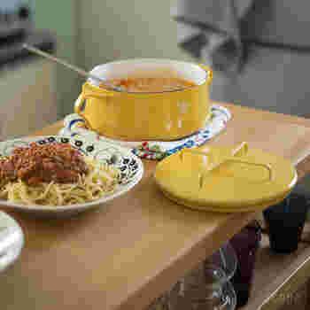 一番の特徴と機能はアイコンにもなっている「×」の形をした持ち手。実はこの蓋、鍋敷きにもなるんです!収納する際も上に鍋を重ね置きできて、とっても便利。  可愛いデザインで、使わない時でもキッチンにそのまま出しっぱなしにしておいたり、煮込み料理などをそのままテーブルに出しても素敵ですよ。