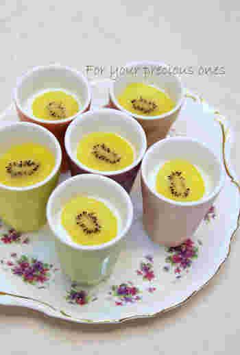 優しい味わいのミルクゼリーにミントシロップをかけて、ちょっぴり大人のデザートにアレンジ。スライスしたゴールドキウイをトッピングしていますが、旬の果物をアレンジしてあげるのもいいですね。