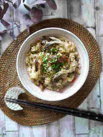 サバの味噌煮の味付けだけで完成できちゃう、本当にお手軽な炊き込みごはんです。  材料を切って、炊飯器に入れるだけ。仕上がりに小ねぎを散らすことで彩りよく、美味しそうに見えます。