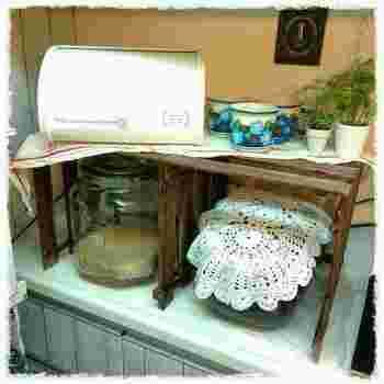 デッドスペースのサイズに合わせた棚ってなかなか見つからないですよね。 簡単な棚なら、自分でぴったりサイズのものを作ってみるのはいかがでしょう。 こちらは、100円ショップのすのこを組み立てて、炊飯器上に新しくスペースを作りました。