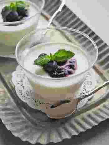 牛乳にみじん切りしたミントの香りをうつしてから濾すので、生地は真っ白に仕上がります。滑らかで爽やかなデザートは、とても上品な雰囲気ですね。