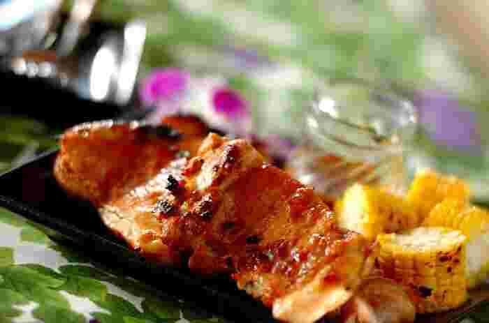 ハワイアンバーベキューの代表格といえば「フリフリチキン」。本場では鳥を丸ごとクルクル回しながら焼きますが、おうちで作る場合は魚焼きグリルを使って作ります。甘いパイナップルジュースの酸味が、南国ハワイらしい味わいを引き立ててくれます。