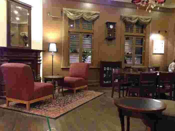 ラウンジ、ゲストルーム、ダイニングルームなどに分かれていて、それぞれ異なった雰囲気を楽しめます。こちらは1階のラウンジ。