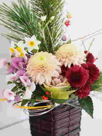お正月飾りといえば、門松、しめ飾り、鏡餅が有名ですね。そのほかに、お正月らしいお花を生けたり、リースにしたりするのも素敵です。実は、お正月飾りにはそれぞれ意味があります。簡単にご紹介していきましょう。