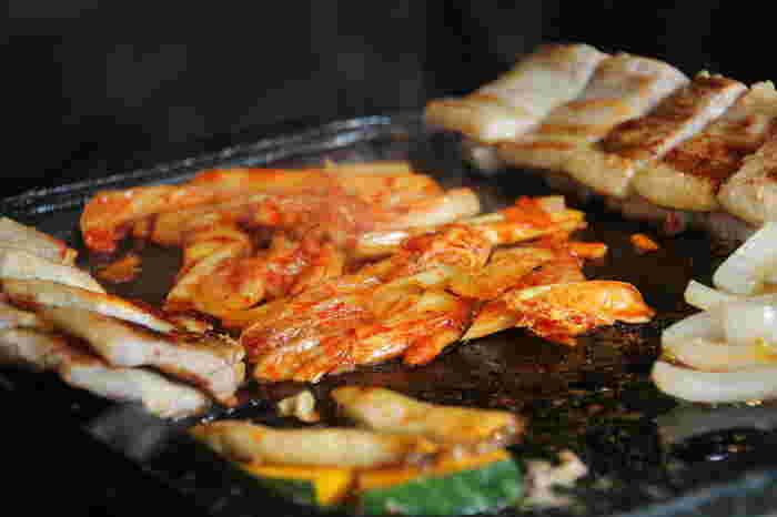 本場韓国のお店では、肉をタレに漬け込まず、キムチやニンニクなども一緒に鉄板で焼きます。