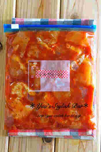 鳥むね肉とトマト缶を使ったレシピ。むね肉を切って調味料などを全部ジップロックに入れて揉むだけ!手頃な食材で作れるのが嬉しいですね。