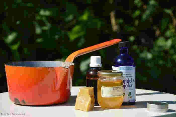 蜂蜜やワセリン、シアバターなどを加えるとリップに違った効果が加わります。蜂蜜などを加えたら、植物オイルをその分減らして作ってください。