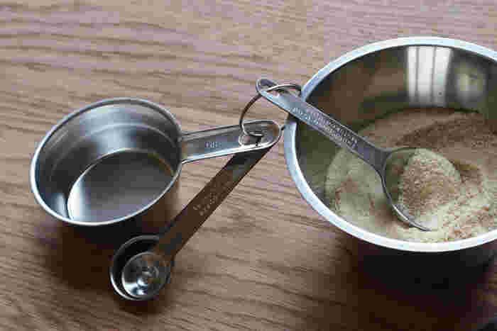 軽量なステンレス製だから、繋がっていても重さは気にならない。大さじ小さじをサッと使い分けて、快適にお料理。