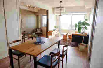 空間を仕切るアイテムは、家具だけではありません。こちらのお宅のようにシンボルツリーを境界となる場所に置くと、緩やかにダイニングとリビングを分けることができます。
