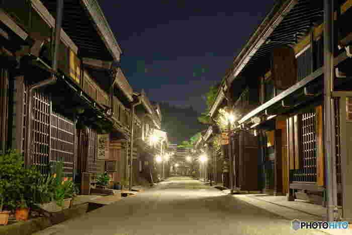 夜になると、さんまち通りは日中とは違う表情を見せてくれます。大勢の観光客で賑わっていた日中とは異なり、静寂に包まれたさんまち通りを、風情ある街燈がやさしく照らし、幻想的な雰囲気が漂っています。