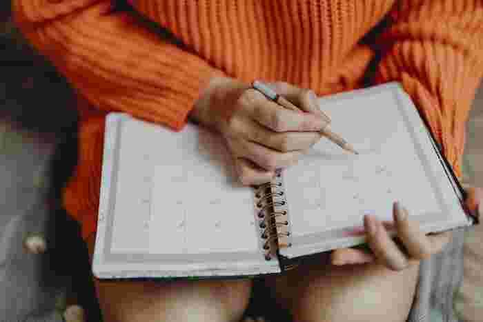 """それでは早速「1週間の献立ノート」を作っていきましょう。使用するノートは、お手持ちのノートでも、スケジュール帳でもOKです。基本は見開きで使い、1週間を俯瞰できるようにします。ここでは基本的な作り方をご紹介しますが、""""楽しく""""継続できるように、ご自身で自由にアレンジしてくださいね。"""