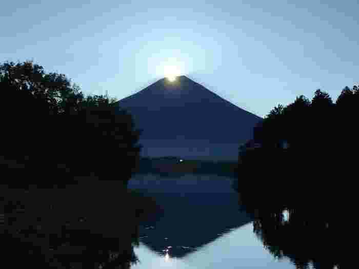 4月と8月の約1週間だけ見られるダイヤモンド富士。富士山頂から輝きながら昇る朝日が、ダイヤモンドのように輝きます。