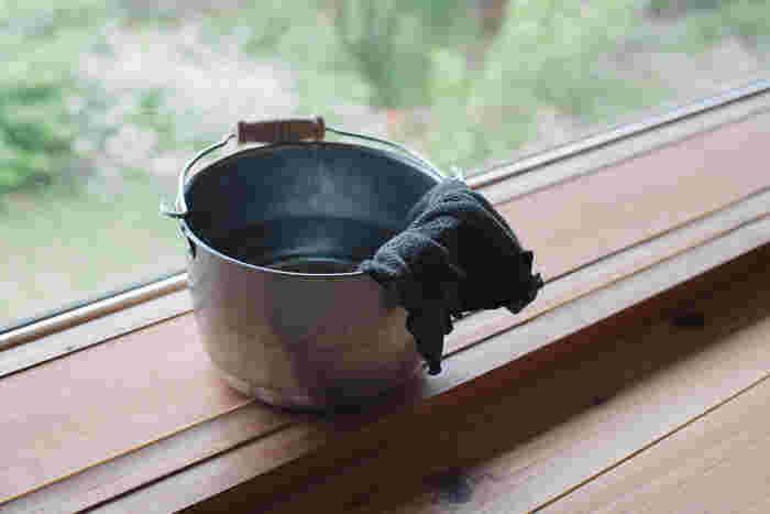 手ぬぐいは、古くなったからといって捨ててしまわずに、雑巾に縫い直してみませんか?ほつれたら縫い直して、最後の最後まで使い切る。使い込んでいくことで、使い捨てシートにはない手にしっくりと馴染む変化を楽しんでみて。