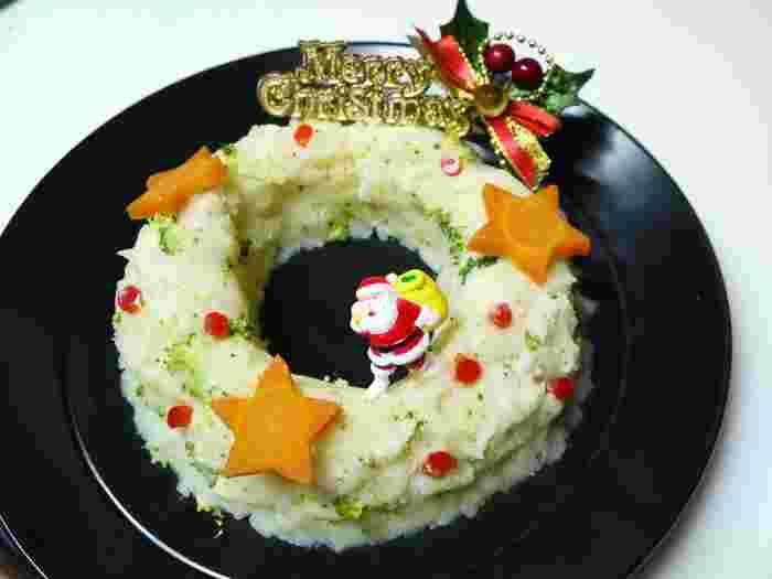 ポテトサラダをリース型に盛り付けて、クリスマスの飾りでデコレーションする「ポテサラリース」。飾りはケーキについているものを取っておいたり、100均などで売っているものを使ってもOK。