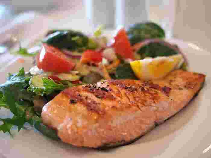 栄養の偏りでむくみやすい傾向にあるなら、食生活の見直しもぜひ行っておきましょう。 特に、日々の食事バランスが偏りがちなら、自炊する日を多くしてみる、アルコールの大量摂取や塩分過多は避け栄養バランスを考え直してみるなど、改善できるところからはじめていきましょう。  栄養の偏りがなくなることで、便秘や貧血などの気になるトラブルが解消されることもありますよ♪