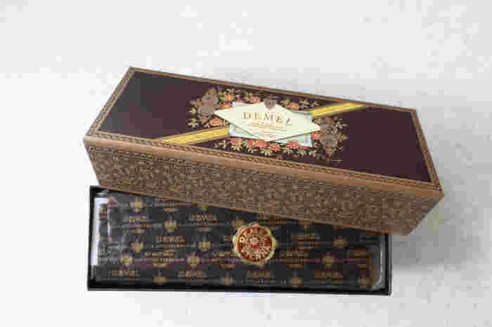 ザッハトルテやトリュフなど、チョコレートで有名な「DEMEL(デメル)」。そのなかでひそかな人気商品が「サワースティック」です。オーストリア王室御用達の歴史を彷彿とさせるような美しいパッケージに期待感が高まります。