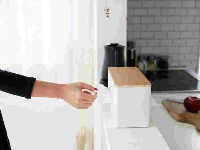 両面どちらにも取り出し口がついているティッシュケースです。ティッシュとキッチンペーパー、2種類入れて使うのも便利◎スチール×天然木の組み合わせはどんなお部屋にも馴染みます。