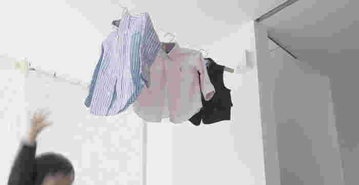 「pid4M」は使いたい時だけ出せるワイヤー式の物干道具です。細いワイヤーに洗濯物を下げるので、物干し竿の存在感がなく、スタイリッシュな印象です。