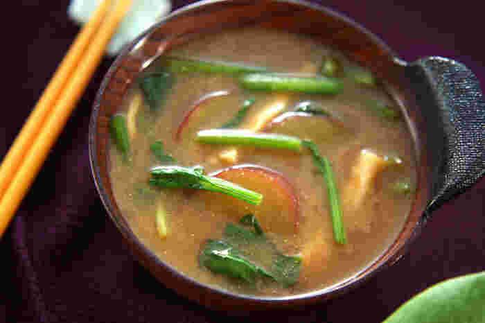 お腹も心も満たしてくれる素朴な味わいのさつまいものお味噌汁。寒い日の朝ご飯にいただけたら、どんなに幸せでしょう。いや、帰宅してからの晩御飯でも最高。一気にエネルギーチャージできますよ。