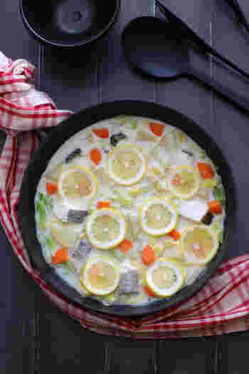牛乳を使った真っ白なスープのレモンミルク鍋。イチョウ切りにしたにんじんと輪切りのレモンが映え、おしゃれ感アップ。爽やかでマイルドな味わいに心も温まります。〆はリゾットがおすすめです。