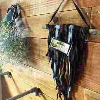 着古したデニムや毛糸を流木に巻きつけて、雰囲気のあるタペストリーが作れます。  編み込んで作るウィービングより、短時間で作れます。
