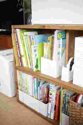 ブックエンドに子どもの大きい本を立てかけると倒れてしまい、イライラするという人もいるのではないでしょうか。そんなときはファイルボックスを使ってみてください。  図鑑や大きな絵本ははいりませんが、しっかり自立してくれるのでストレスフリー。ファイルボックスに入らない大きな本は、ファイルボックスとファイルボックスの間に立てかけておくと倒れません。