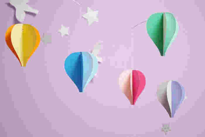 これで、ゆらゆら気球モビールの出来上がり!カラフルな気球にしても可愛いですし、雲や木などにも応用できますよ♪