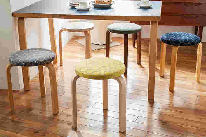 こちらは「スツール60」とミナ・ペルホネン(minä perhonen)がコラボレーションしたもの。チェアの座面をスタンダード柄となったタンバリン柄生地で張り替えたシリーズになります。このようなダイニングテーブルの椅子として使ってもよいですし、自分の部屋へ1脚迎え入れるだけでも、空間が華やぎそう。