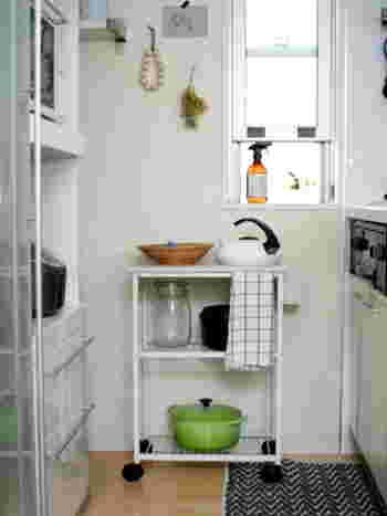 炊飯器やコーヒーメーカーの置き場所がない時はキッチンラックに収納してみてはいかがでしょう。お皿を置く場所がない狭いキッチンに置けば作業台として活躍してくれるはずですよ。