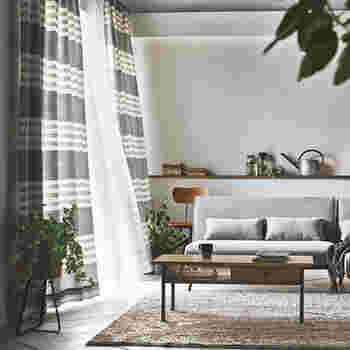 横ボーダー柄のカーテンは人気がありますが、天井を低く見せてしまうためお部屋が狭く感じてしまうことも。ボーダー柄を取り入れるならグレーや白などコントラストのはっきりし過ぎないものがおすすめです。