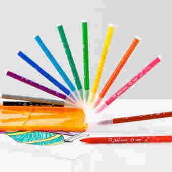 何を書こうか、どんな色に塗ろうか、考えるのが楽しくなる水性のカラーペン。 手についても石鹸と水で簡単に落ち、衣類など布についてしまっても、洗剤で洗えば大丈夫。特殊な顔料配合で、 ても石鹸と水で簡単に落とせ、布や衣服なら洗剤でOKです。また、特殊顔料配合で、2日間キャップを外したままにしておいても乾かないという優れもの。デスクワークに、この12色があれば、何かと重宝しそうですね。