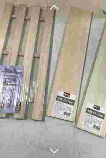 こちらの材料は、セリアの「桐すのこ」と木板です。もちろんホームセンターや他の100円ショップの、すのこや木板でもOK。