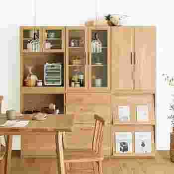 ガラス扉の棚やチェスト、マガジンラックなどを自由自在に組み合わせて楽しむ木製キッチンシェルフ。シンプルでナチュラルな暮らしにしっくりとなじむ、上質なシェルフです。