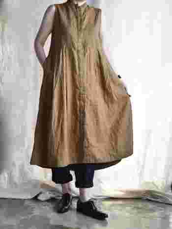 そのままストンと着てもかわいらしいベージュのロングワンピースには、ブラックの細身のパンツを合わせることでパリジェンヌのような洗礼された雰囲気を与えることができます。足元もかっちりめに決めてみて。