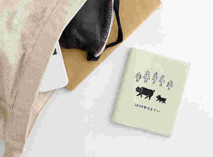 バッグに入れて常に持ち歩きたい方は、コンパクトサイズの手帳を。バッグにすっと入る、スマホサイズのものやA6サイズ、文庫本サイズのものがおすすめです。小さい文字を書く方、書く量が少ない方、小さめのバッグを持つことが多い方も、コンパクトサイズの手帳が相性◎。